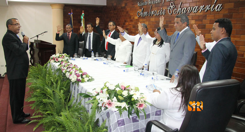 El licenciado Darío Lantígua - Presidente de la JCE municipal juramenta autoridades electa.